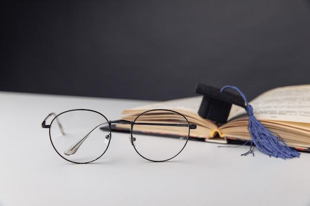 Вручение диплома и очки на столе. концепция образования.
