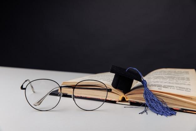 테이블에 졸업 모자입니다. 교육 개념입니다.