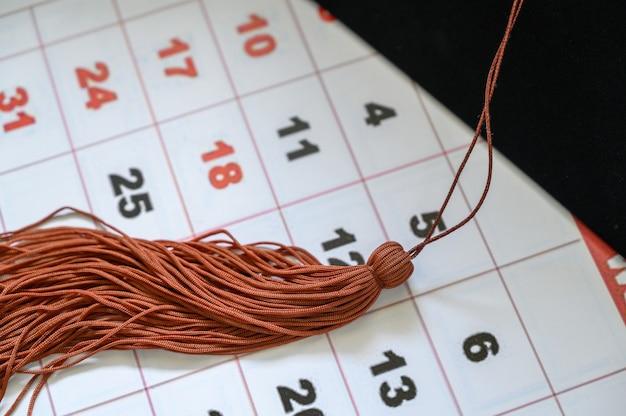 Graduation cap on white calendar Premium Photo