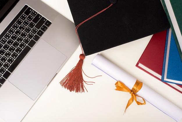 Выпускной колпачок с ноутбуком, концепция образования онлайн