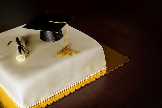 パーティー用の帽子と卒業証書の装飾が施された卒業フォンダンケーキ