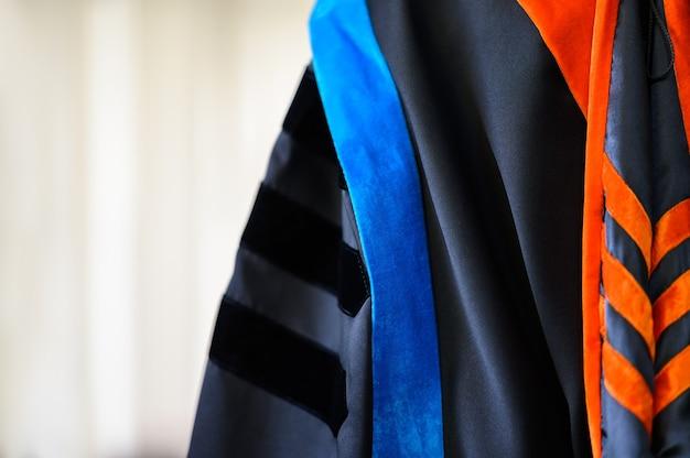 Выпускные платья висят в шкафу