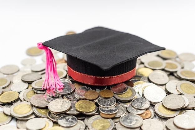 Выпускная шляпа на монете. концепция экономии для образования