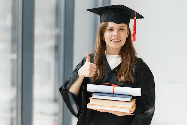 Выпускной: студент с дипломом