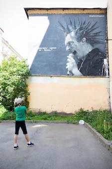 通りの壁にミハイル・ゴルシェネフの落書きの肖像画、音楽バンドkorol i shutのロシアのパンクロックアーティスト-サンクトペテルブルク、ロシア、2021年6月