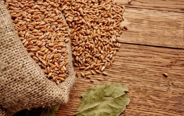 나무 테이블 농업 건강 식품 성분에 곡물 가방. 고품질 사진