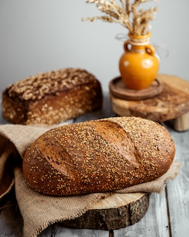 テーブルの上の穀物のパン