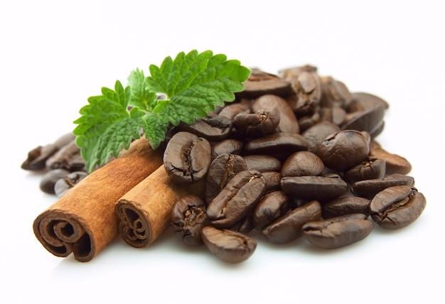 Зерновой кофе с корицей и мятой