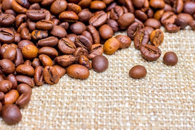 Зерна кофе в мешке. фон для дизайна