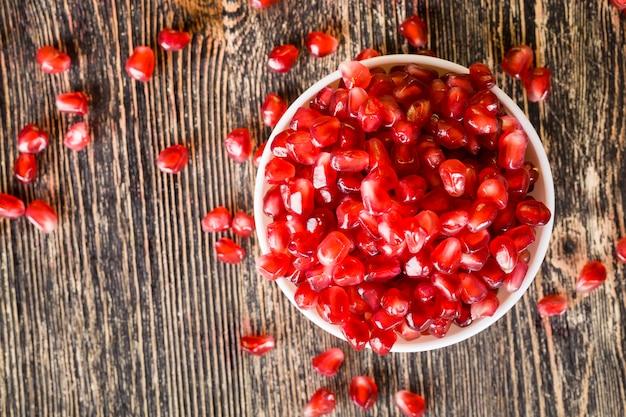 테이블에 누워 석류 곡물