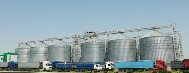 穀物サイロ。穀物ターミナル。農業ビジネス。夏の収穫