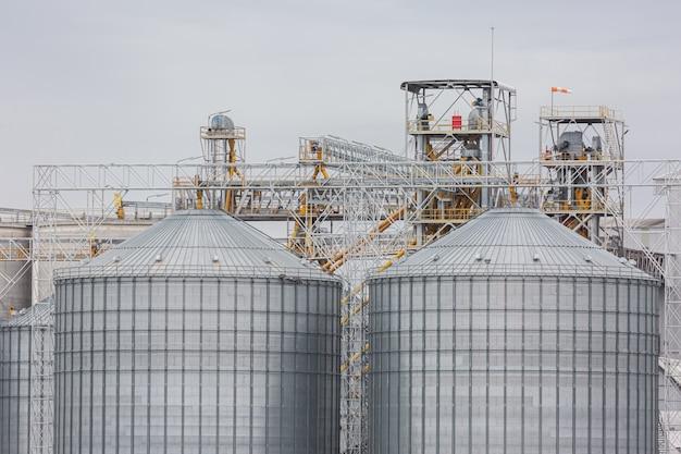 Силосы для зерна в поле