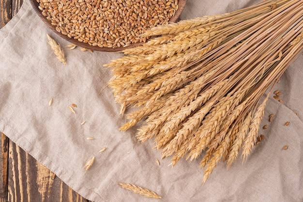 나무 탁자에 있는 곡물과 밀 귀, 복사 공간이 있는 위쪽 전망