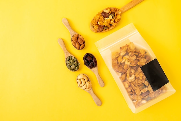 穀物コーンフレーク(カシューナッツ、アーモンド、カボチャの種、ヒマワリの種)-健康的なマルチグレインフード