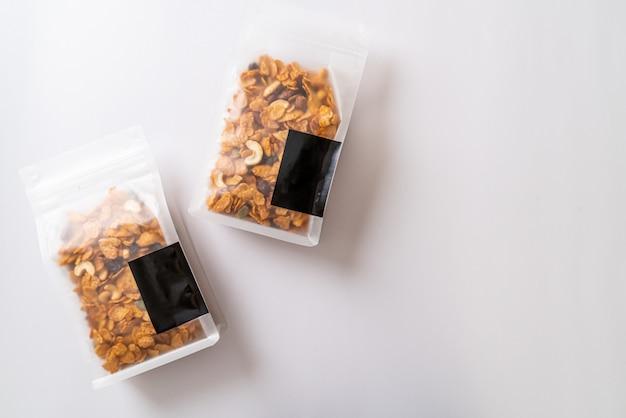 Зерна кукурузных хлопьев в полиэтиленовых пакетах