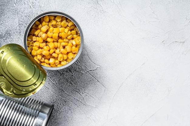 Зерна сладкой консервированной кукурузы в жестяной банке