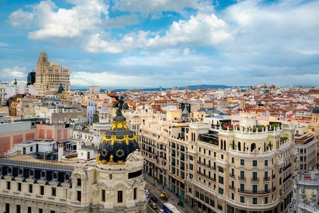 Gran via、マドリード、スペインの首都、ヨーロッパの主要な商店街の空撮。