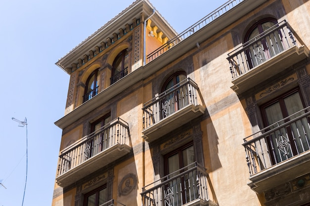 グラナダ、アンダルシア、スペイン-2019年5月26日:街の通りにある家の美しいファサード、グラナダの建築。