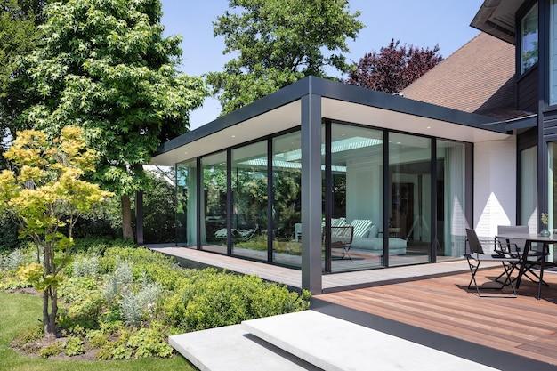 グラナダスペイン-512 2019:ガラスの壁、屋外の背景を持つモダンな住宅の別荘