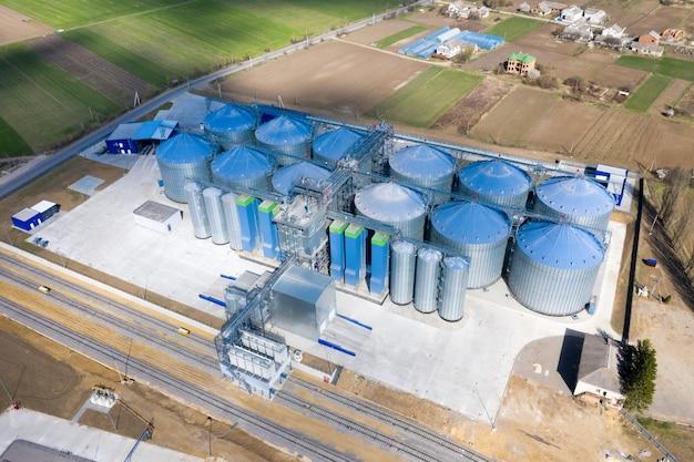 Элеватор для зернохранилища. серебряные силосы на агроперерабатывающем и производственном предприятии для обработки, сушки, очистки и хранения сельскохозяйственной продукции