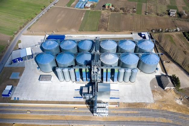 곡창 엘리베이터. 건조 세척 및 농산물 저장을위한 농업 가공 및 제조 공장의은 사일로