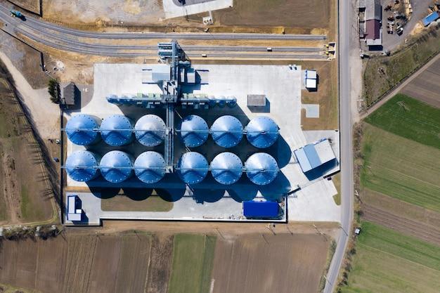 Элеватор для зернохранилища. серебряные силосы на агроперерабатывающем и производственном предприятии.