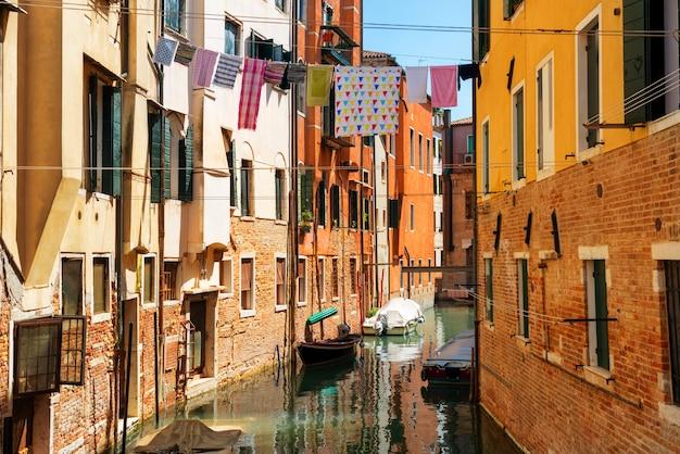 Гранд-канал и базилика санта-мария-делла-салюте в солнечный день. венеция, италия. солнечный день