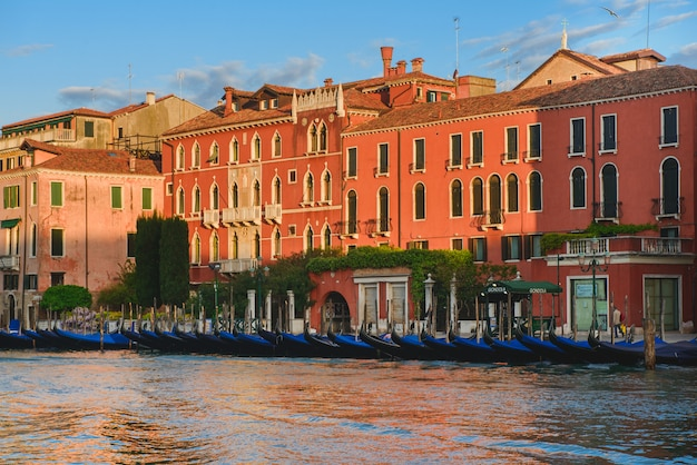 Грандиозный канал на заходе солнца с гондолами, venezia, италией. парковка на гранд-канал.