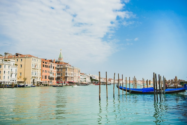 Большой канал с гондолами, венеция, италия. парковка на гранд-канал.