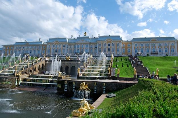 Большой каскад. петергофский дворец. санкт-петербург, россия - 3 июня 2015 г.