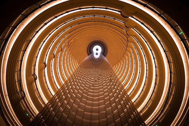 Интерьер башни цзинь мао, глядя вверх из вестибюля отеля grand hyatt, шанхай, китай