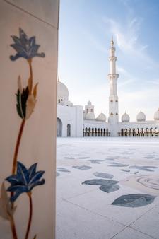 Большая мечеть в абу-даби вечером во время заката. панорама экстерьера мечети шейха зайда в оаэ.