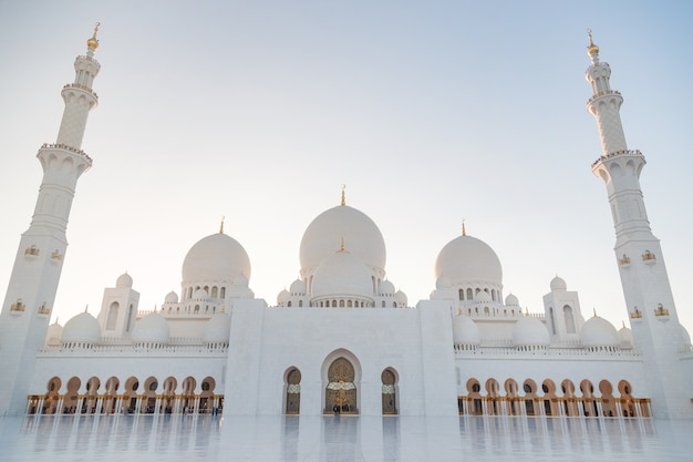 Большая мечеть в абу-даби вечером. панорама экстерьера мечети шейха зайда.