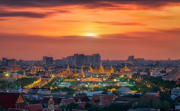 Большой дворец в городе бангкок с крыши отеля в таиланде