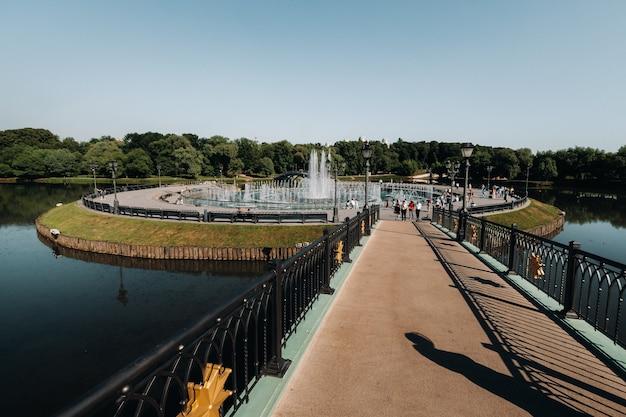 夏のツァリツィノの大宮殿、ロシア。ツァリツィノ公園は、モスクワの主要な観光名所の1つです。夏の古いツァリツィン複合施設の美しい景色。