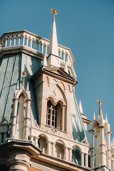 Большой дворец в царицыно летом, россия. парк царицыно - одна из главных достопримечательностей москвы. красивый живописный вид на старый царицынский комплекс летом.