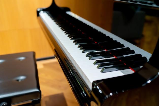 グランドピアノとピアノベンチ