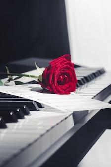 赤いバラのグランドピアノ