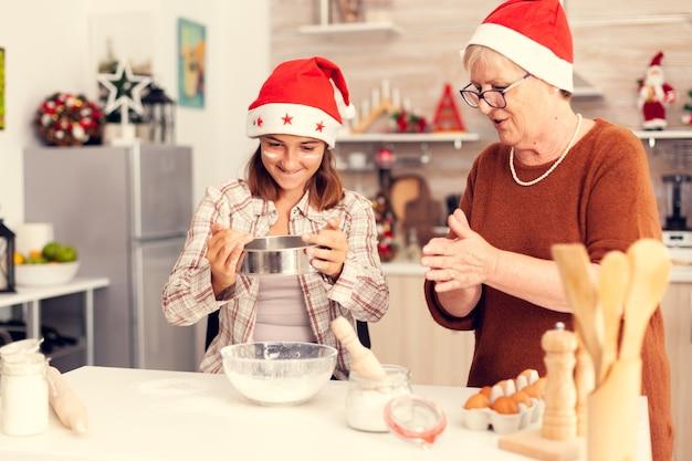 クリスマスの日に小麦粉で遊ぶ孫