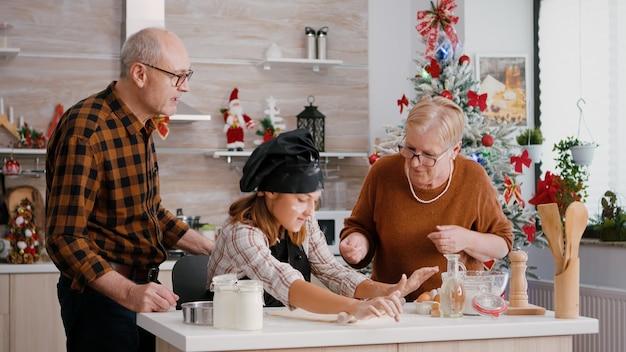 孫がめん棒でジンジャーブレッドの自家製生地を作って美味しいデザートを作る