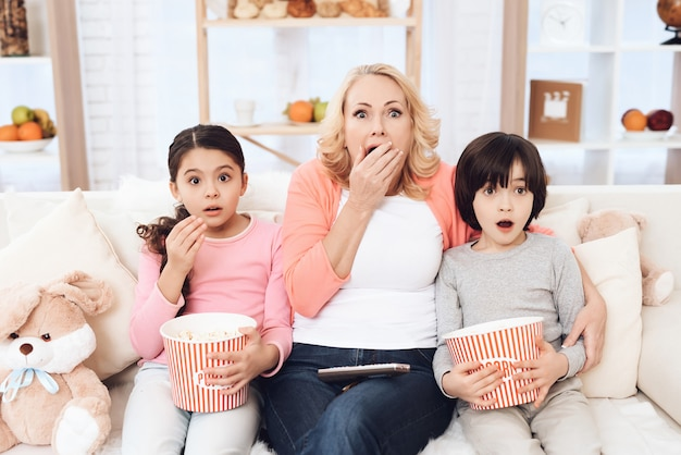 Внуки смотрят страшное кино с бабушкой