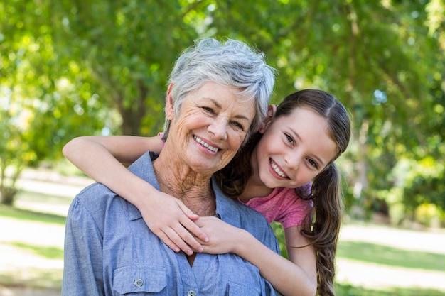 孫娘と祖母smilling