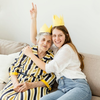 Nipote che celebra l'anniversario delle nonne