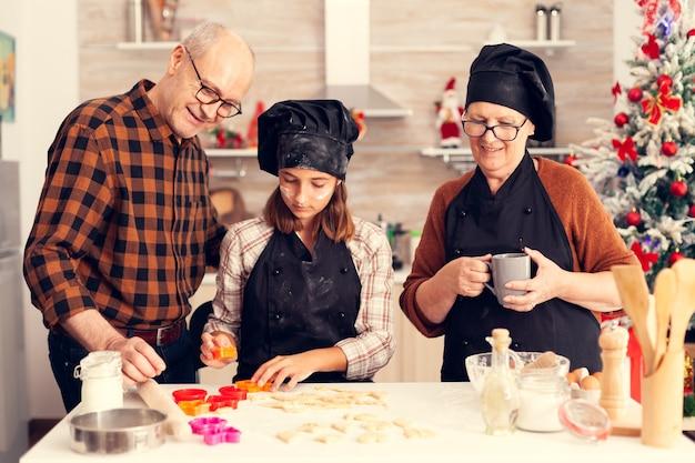 クリスマスの日の孫娘がデザート作りを手伝ってくれました