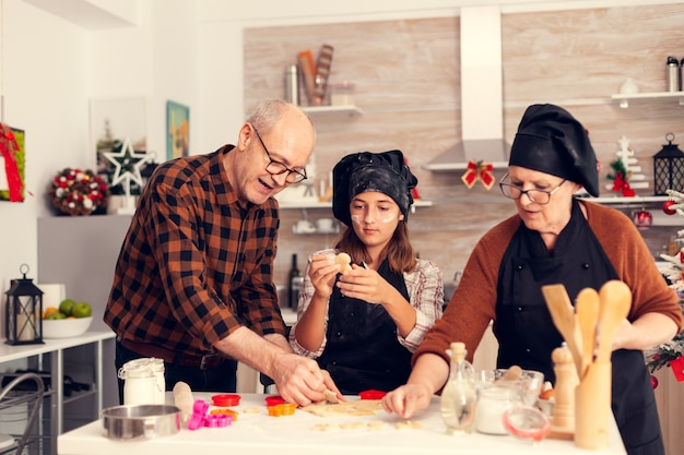 サンタさんのデザートを作るクリスマスの日の孫娘