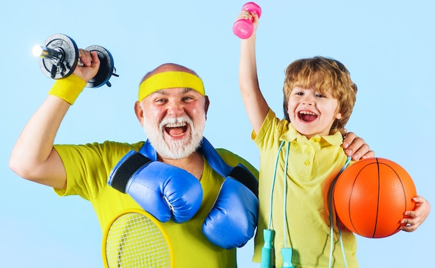 Дед и ребенок занимаются спортом. веселые и спортивные. семья с различным спортивным инвентарем. здоровый образ жизни.
