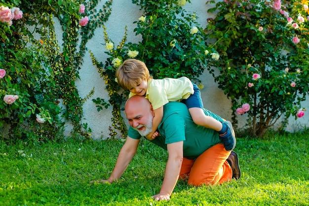 Дед и внук едут на спине