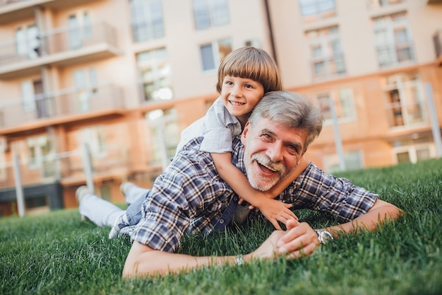 祖父と孫が楽しんで
