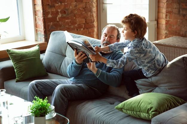 祖父と孫が家で断熱された時間を過ごし、楽しんでいる