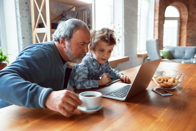 할아버지와 그의 손자는 집에서 격리된 시간을 보내고, 머물고, 영화를 보고, 함께 쇼핑합니다.